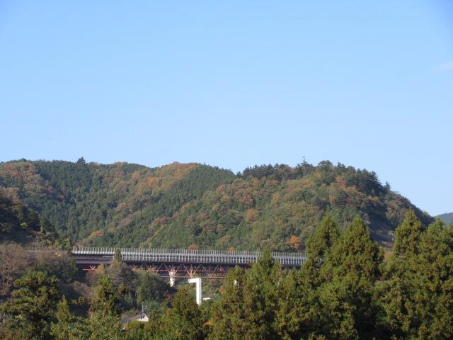 山中を通る橋