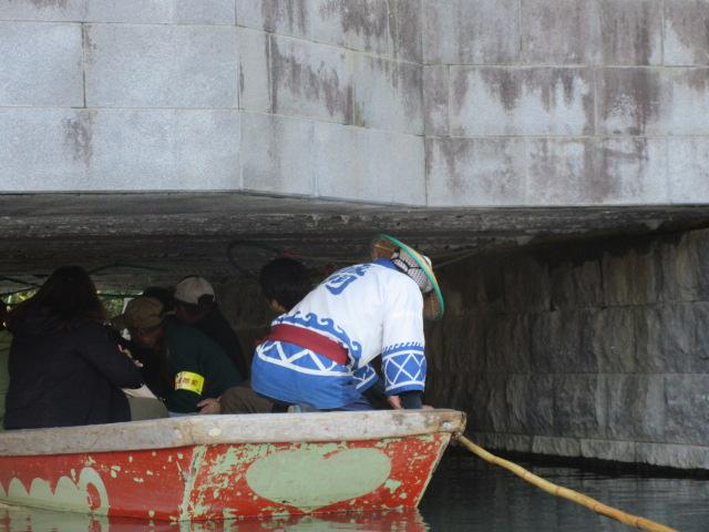 橋の下を通るどんこ舟