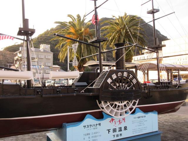 伊豆急下田駅前の黒船の模型