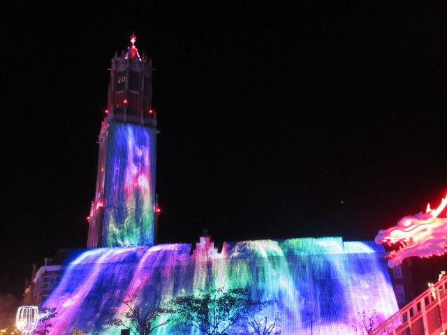 光の滝と光のドラゴンロボット