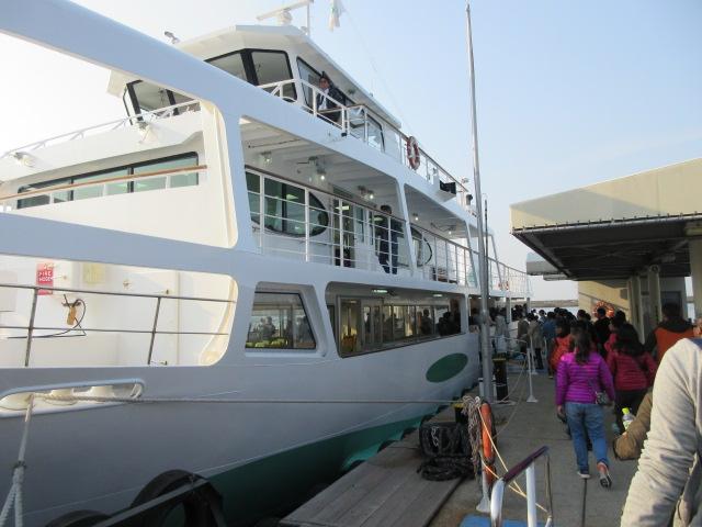 観潮船に乗り込む観光客