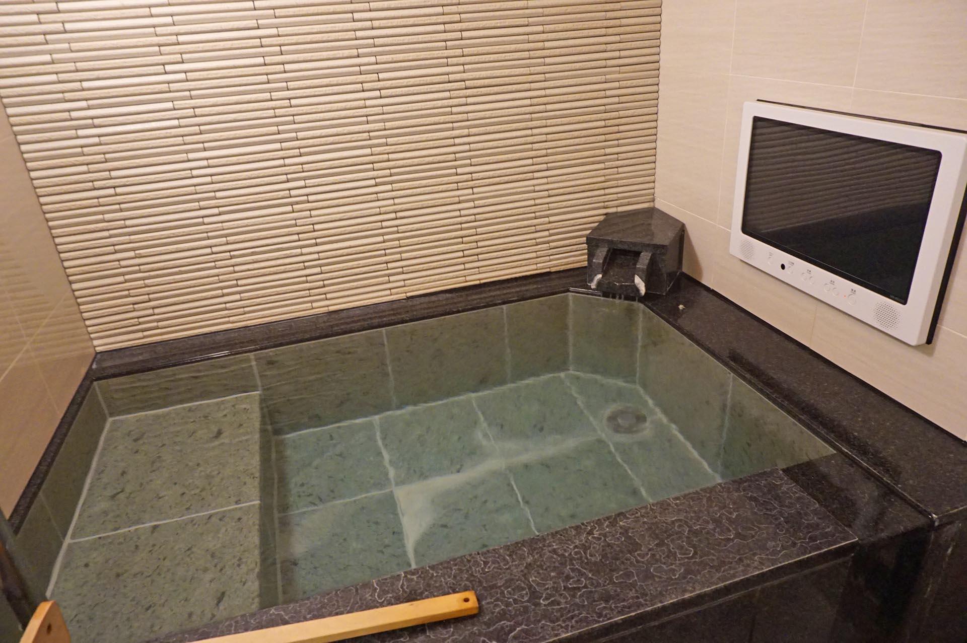 ユウベルホテル松政の源泉かけ流しの天然石風呂