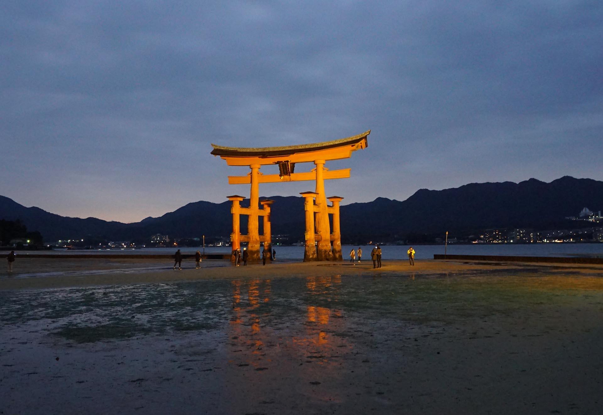 夜の厳島神社の大鳥居